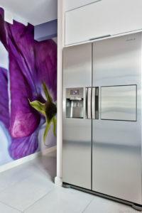 Kolory kwiatów pięknie dodają energii w pomieszczeniach umeblowanych w stylu minimalistycznym