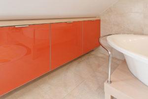 Warto przełamać zimne kolory odrobiną pomarańczy