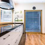 Dobrze oświetlona kuchnia pomimo braku okien